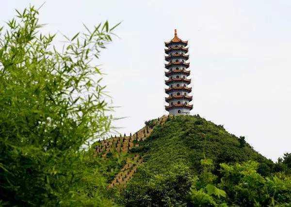"""又名""""当阳宝塔"""",位于宁国市仙霞镇柘亭村村南冲口之峭壁上."""