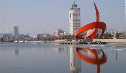 新湖风景区位于德州市中心,包含有新湖,中心广场,清风苑,工人文化宫